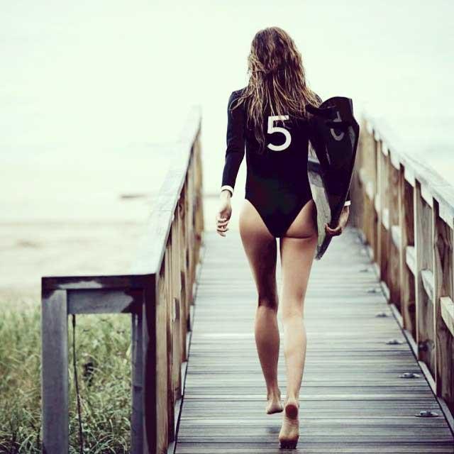 Gisele Bündchen surfea con CHANEL Nº 5