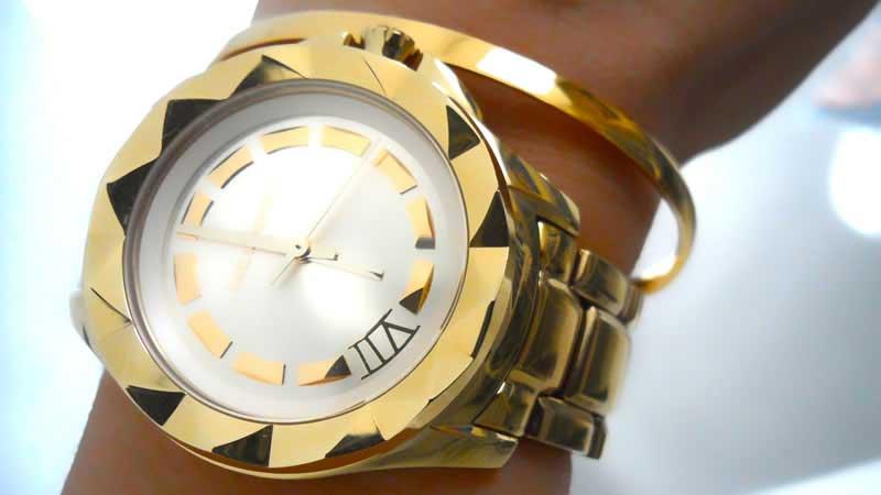 Reloj Karl Lagerfeld y pulsera de Mónica Vinader