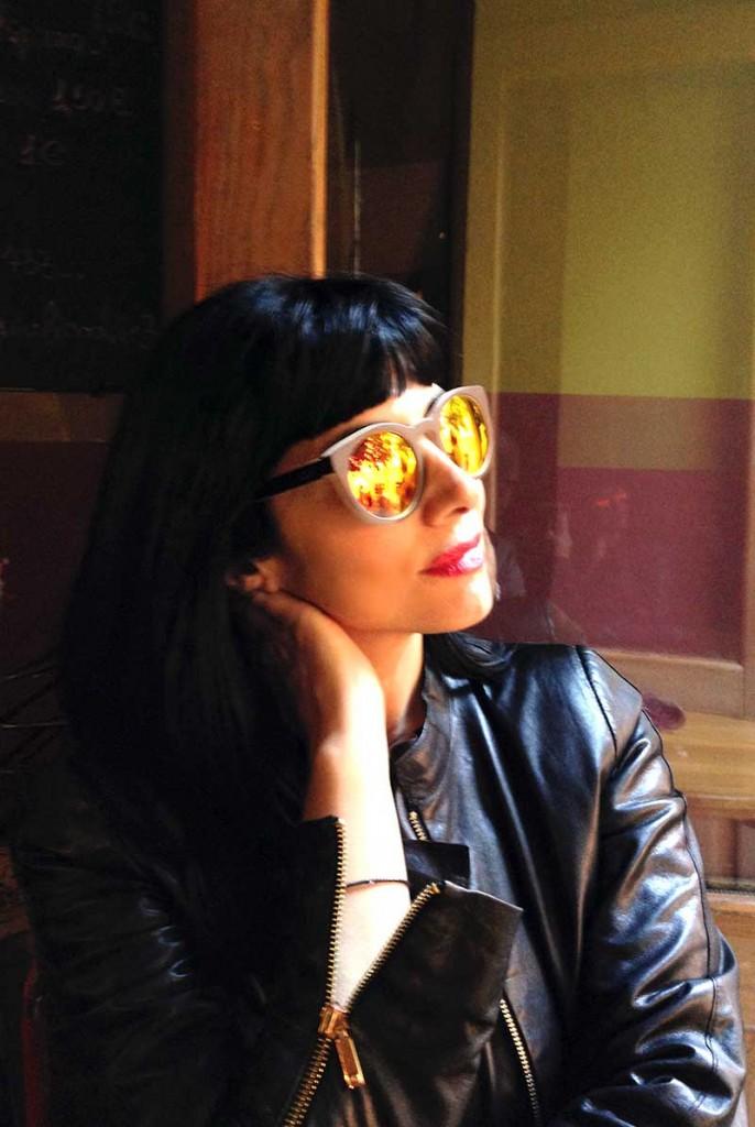 Silvia con gafas Sunboo en el Bar del Fico (Roma)